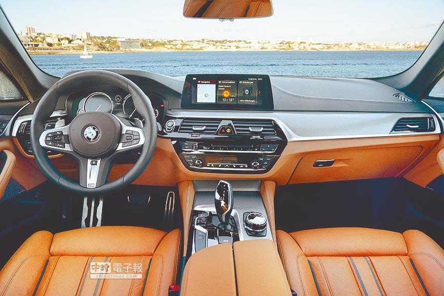 嶄新中控台採六角形布局,新款多功能方向盤、中央鞍座與排檔桿大膽延用黑色高光澤及鍍鉻材質以營造專屬高雅氛圍。