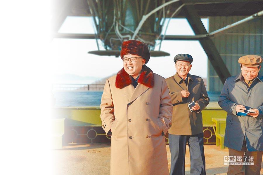 4月9日,北韓最高領導人金正恩(前)指導新型洲際彈道火箭發動機地上點火試驗,對結果表示滿意。(新華社)