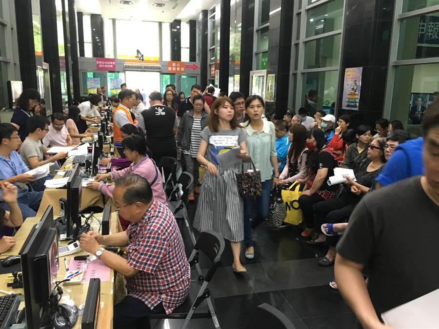 中區國稅局五一勞動節塞滿報稅人潮。(馮惠宜攝)
