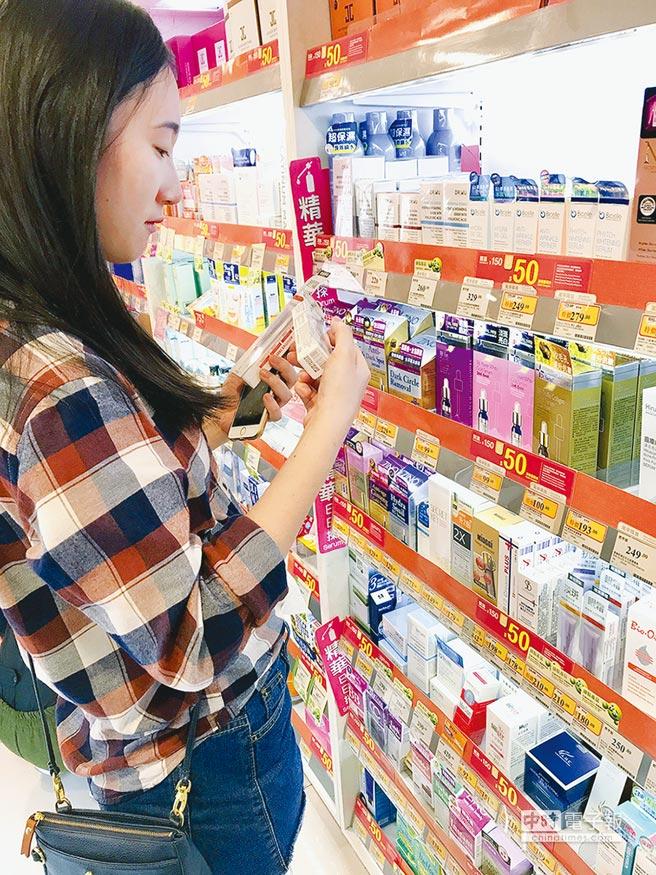 薇佳在香港萬寧Mannings通路上架;圖為消費者選購照片。圖/業者提供