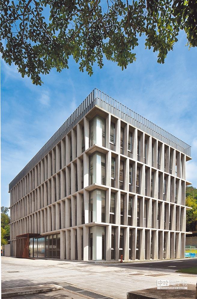 融合改造後的實踐大學民生學院教學大樓外觀(左圖),學務大樓外觀(下圖)。(嶼山工房提供)