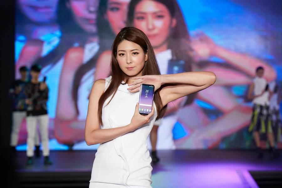 Samsung Pay今日起開放用戶體驗實測,支援銀行共有國泰世華、玉山銀行、台新銀行、花旗銀行、台北富邦銀行、聯邦銀行與渣打銀行等七間。圖為三星最新上市的S8手機,也可使用Samsung Pay。(本報資料照騙)
