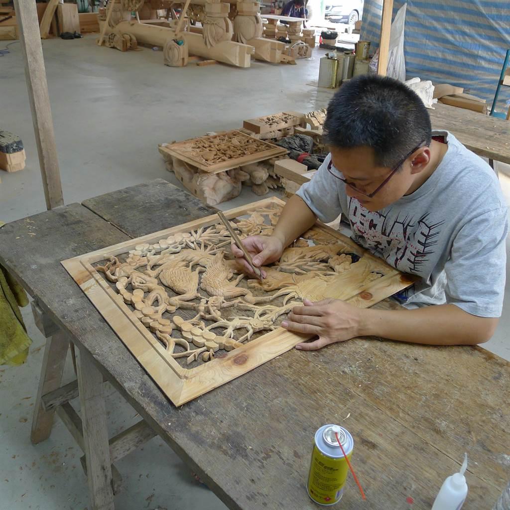 林金倉藝師為父親生前作品進行修復,過程充滿世代傳承的情感。(余信賢攝)