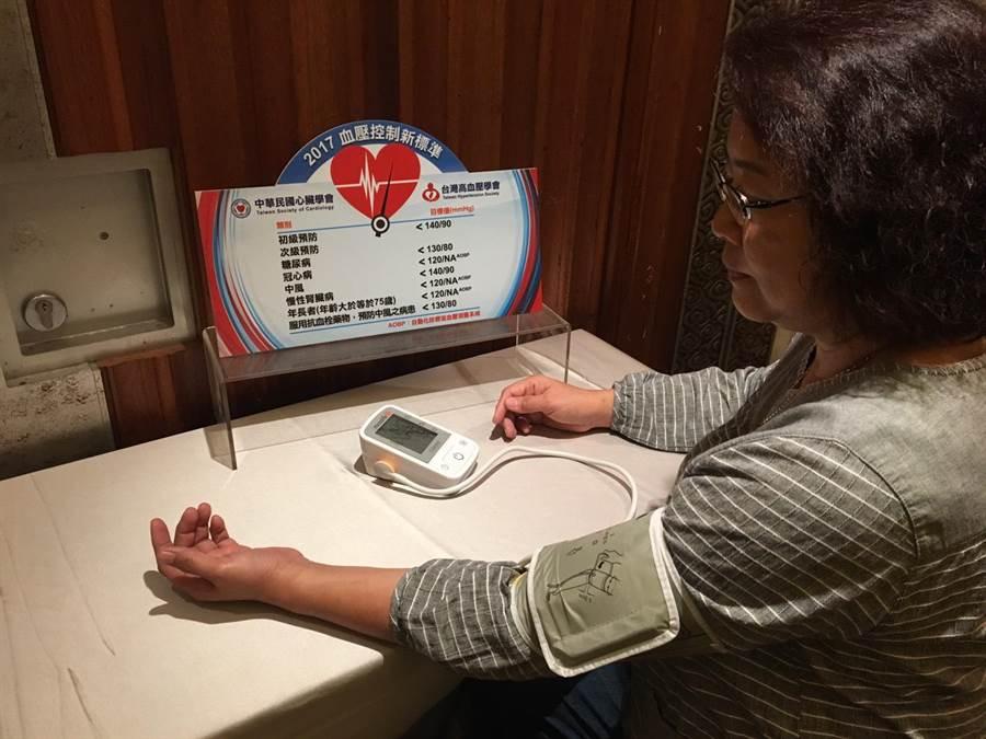 國內有1/3人有白袍症候群,在醫院量的血壓值,會遠高於在家測量的數值。(倪浩倫攝)