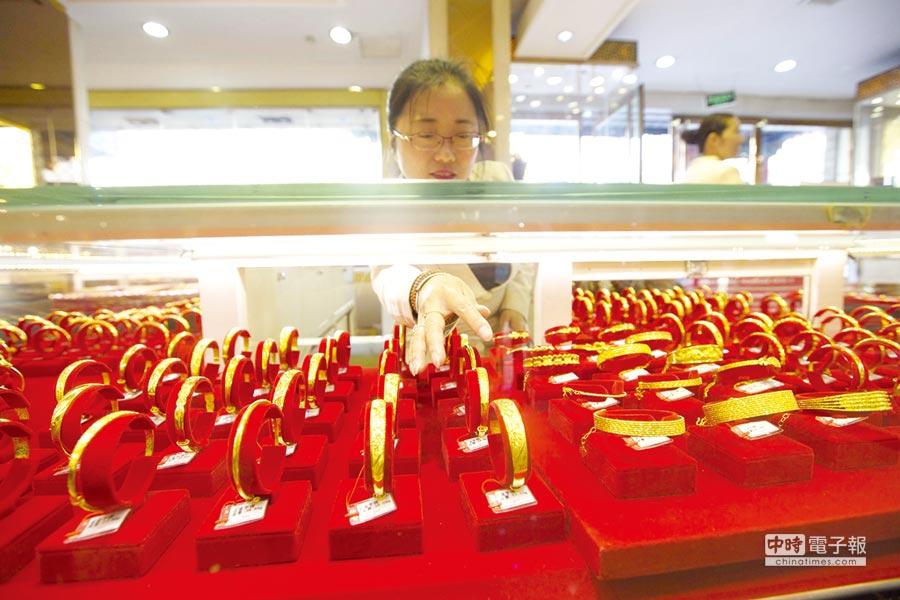 中國黃金協會會長宋鑫表示,民眾的避險情緒,使得大陸黃金消費持續增長。圖/中新社