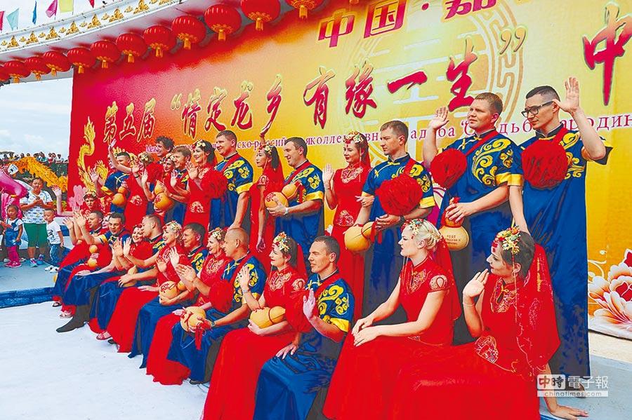 2016年8月9日,黑龍江舉行「中俄國際集體婚禮」,中俄兩國50對新人在七夕步入婚姻。(中新社/於琨/CFP)