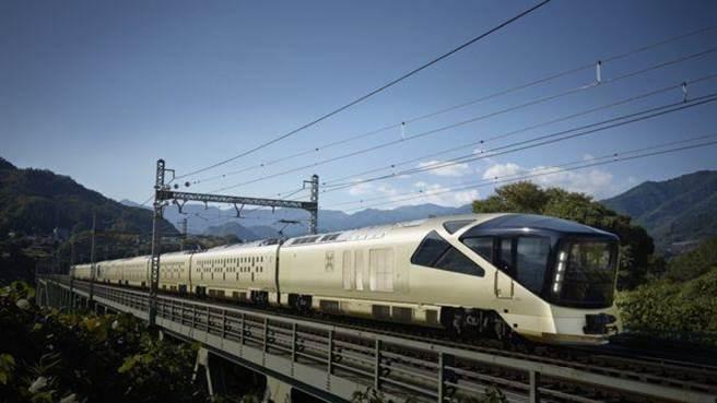 四季島列車外觀為金色,觀景車廂前端則是黑色,以樹木的意象設計車窗,以求與自然景觀調和。(圖/翻攝自BBC)