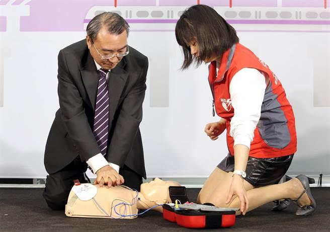 桃捷董事長劉坤億(左)當起學生練習AED使用方式。(范揚光攝)