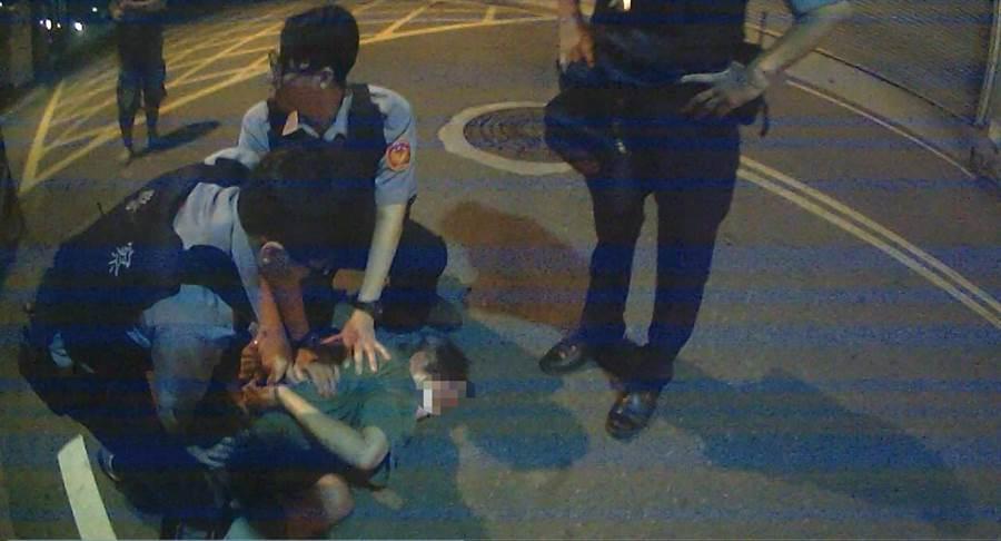 69歲爺輩通緝犯被警方盤查時趁隙逃跑,跑沒幾步路就遭警方逮捕。(林雅惠翻攝)