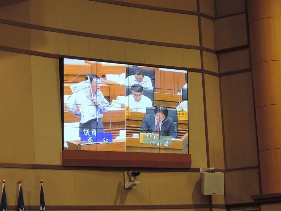 基隆市議員秦鉦針對狼師性侵案向市府提出質詢。(張穎齊攝)