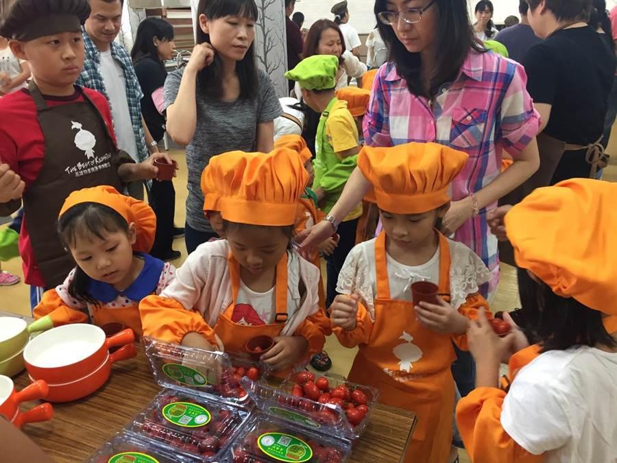 「微農教育課程」系列活動,由高雄型農帶領小朋友認識食材。(高市農業局提供)
