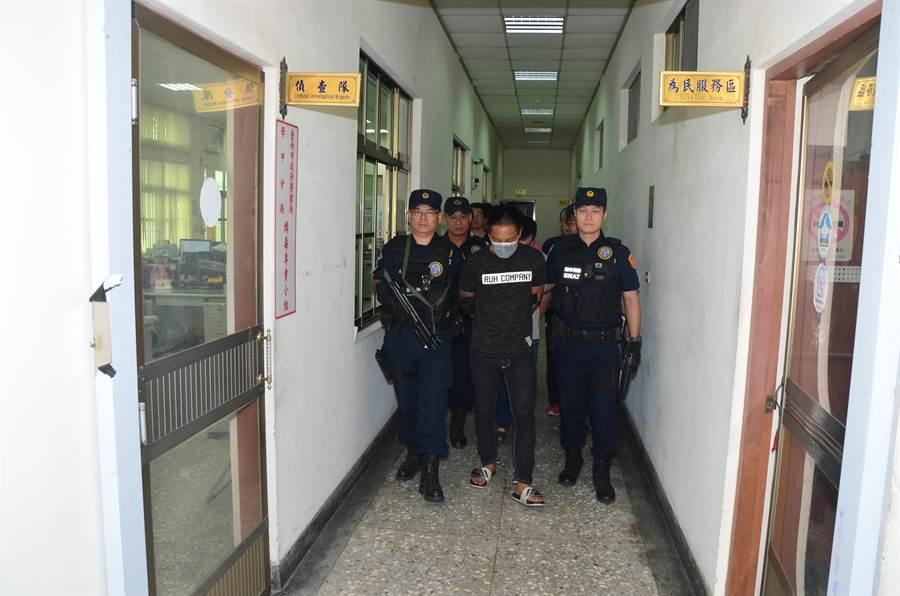 黃姓男子用鐵工專長改造槍支,學甲警方跟監4個多月後在今天凌晨將他逮捕。(圖/莊曜聰翻攝)