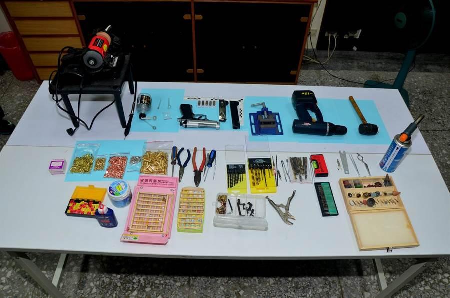 警方在黃男住所查獲改造手槍、子彈、毒品及改造工具一批。(圖/莊曜聰翻攝)