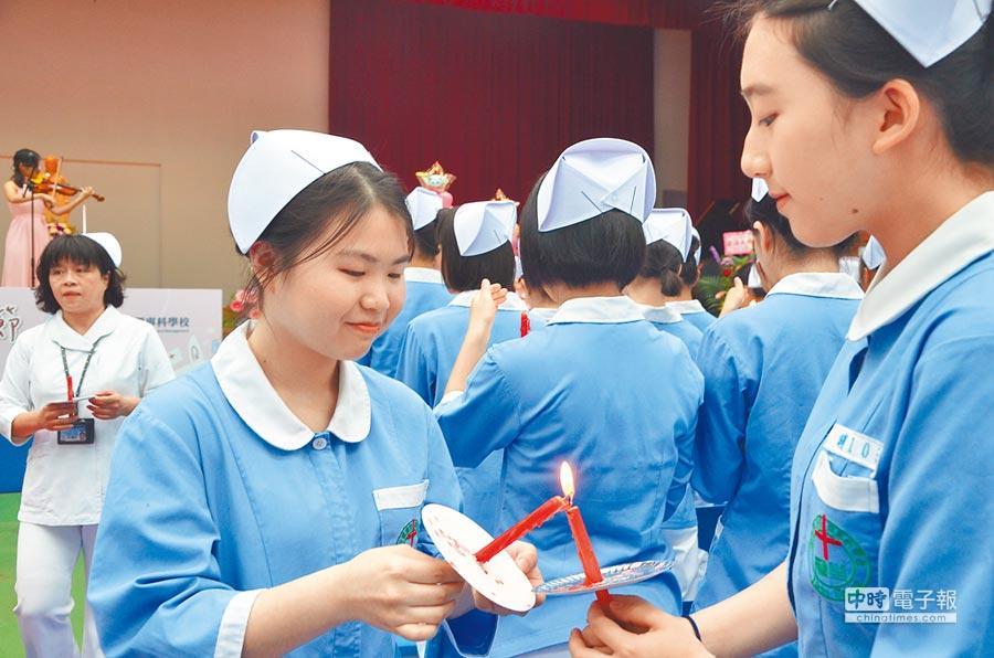 「張君雅」小妹妹要變小護士了!多年前因為泡麵廣告爆紅的「張君雅」,本名簡嘉芸(見圖左,賴佑維攝),現在就讀龍潭區新生醫專護理科四年級。
