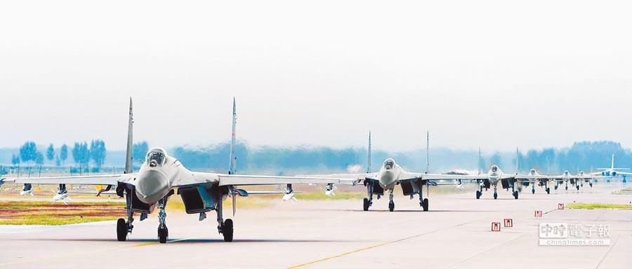 解放軍殲-11B戰機進行訓練。(中新社資料照片)