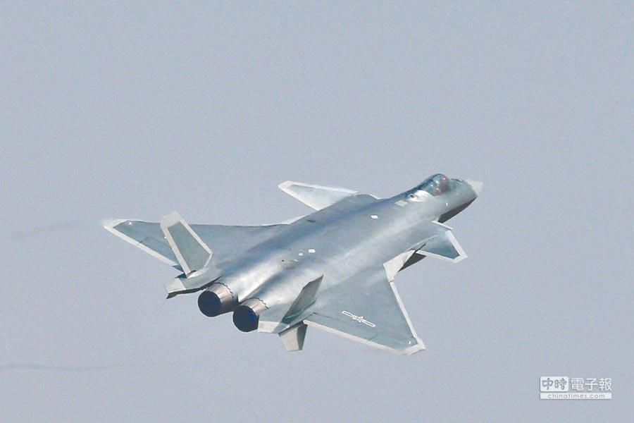 解放軍殲-20戰機進行飛行展示。(新華社資料照片)
