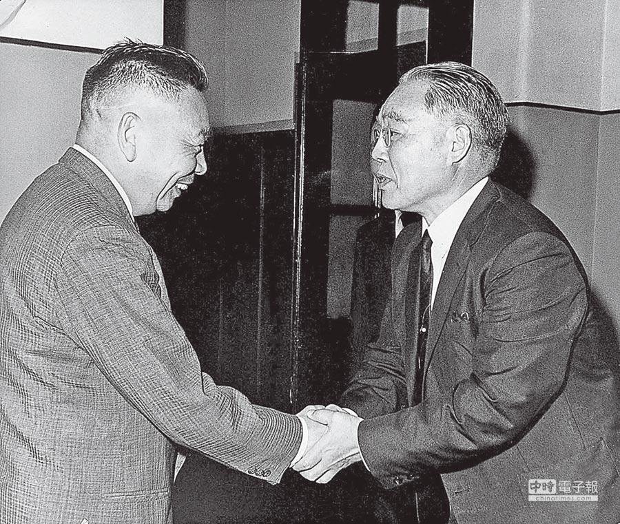 時任總政戰部主任的蔣經國於1965年接見旅日台獨領袖廖文毅。 (本報系資料照片)
