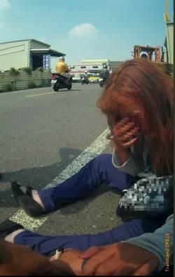 婦人穿梭車陣企圖撞車輕生 員警即刻救援