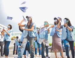 徵新人裁老鳥 遠航空姐抗議