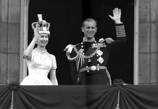 伊莉莎白二世雖然貴為英國女王,但卻換得另一半「英國女人不會煮飯」的評語。圖為女王與菲立普親王1953年6月2日在白金漢宮露台向民眾揮手致意。(圖/美聯社)