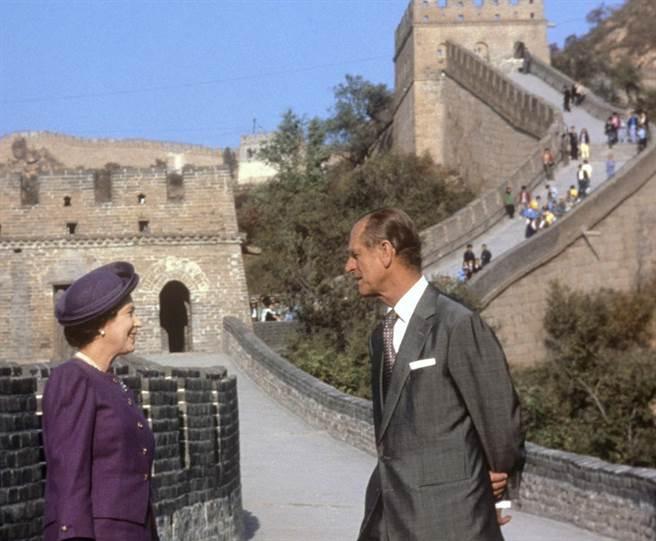 菲立普親王1986年10月陪同英國女王訪問中國,圖為他們在長城前的留影。(美聯社)