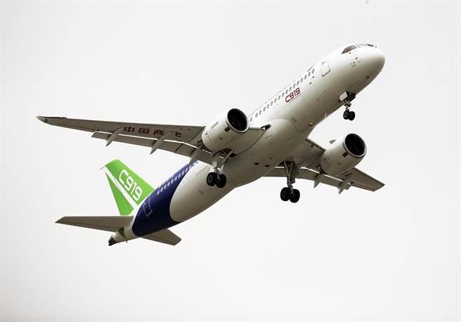 中國「自主設計、全球招標」的自製C919大客機5日於上海浦東機場首飛。(圖/中新社)