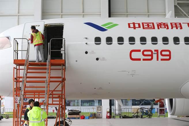 專家認為,中國C919大飛機要投入軍用,必須先提高零組件的自製率。圖為中國商飛公司工作人員5月4日在C919首飛前,對飛機進行檢查維護。(圖/新華社)