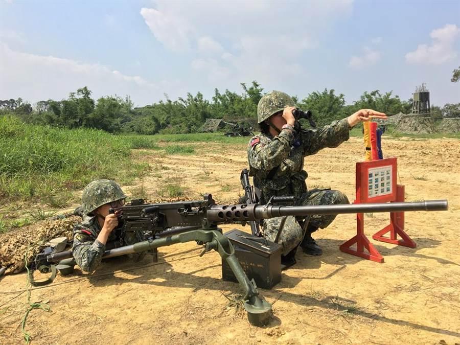 女官兵操作50機槍,但因為姿勢錯誤,遭網友圍攻。圖/國防部發言人臉書