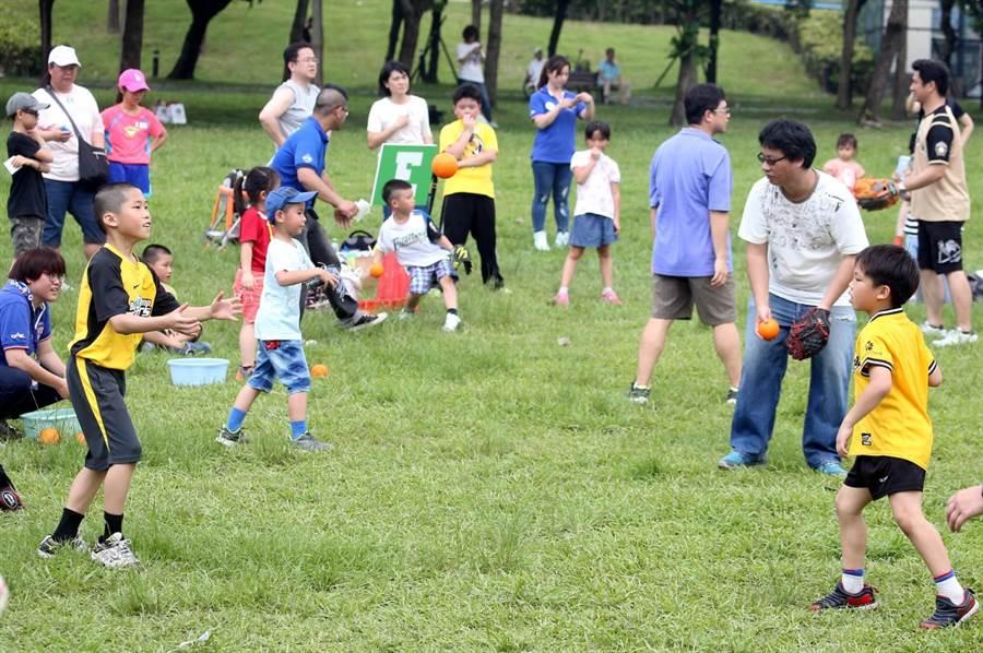 中華職棒去年國際家庭日舉行樂樂棒球活動讓親子享樂。(圖/中職提供)