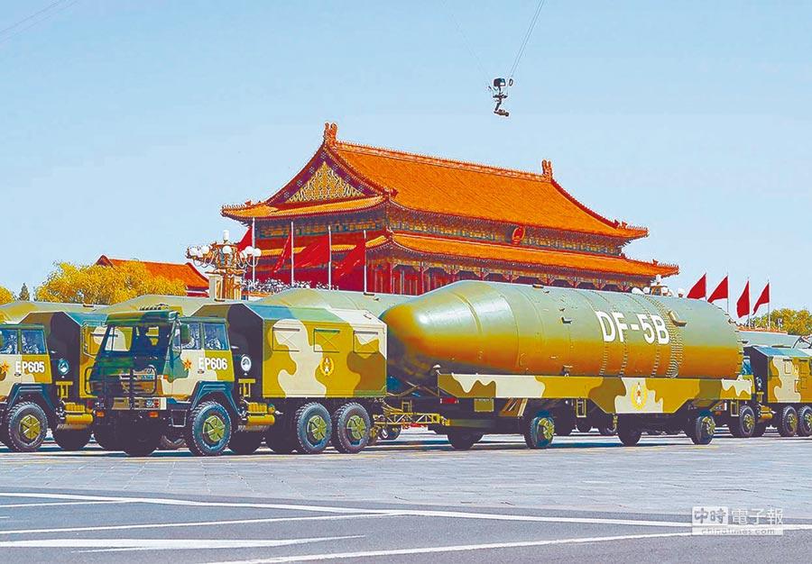 東風-5B洲際飛彈發射車經過天安門廣場。(新華社資料照片)