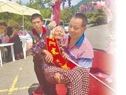 溫馨5月 布農壯士抱92歲媽領獎
