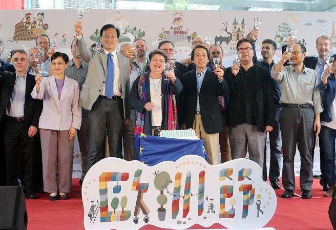 歐洲經貿辦事處馬澤璉處長(前中)和與會嘉賓一起舉杯慶祝。(趙雙傑攝)