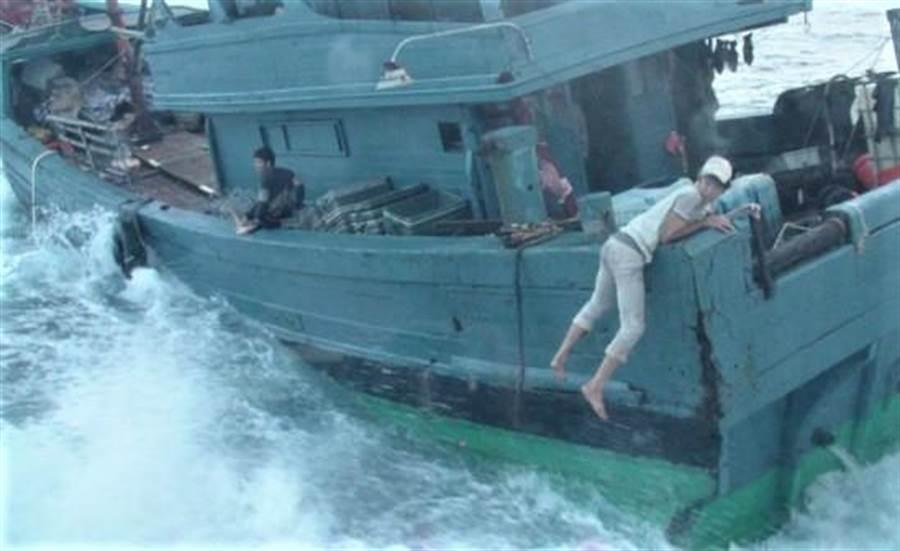 大陸漁船越界捕魚,船員以人肉盾牌拒絕我海巡隊登檢,場面險象環生。(陳可文翻攝)