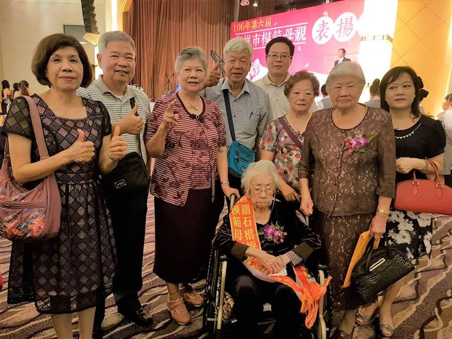 110歲人瑞李陳菊英(坐輪椅者)今年獲頒模範母親。(郭韋綺攝)