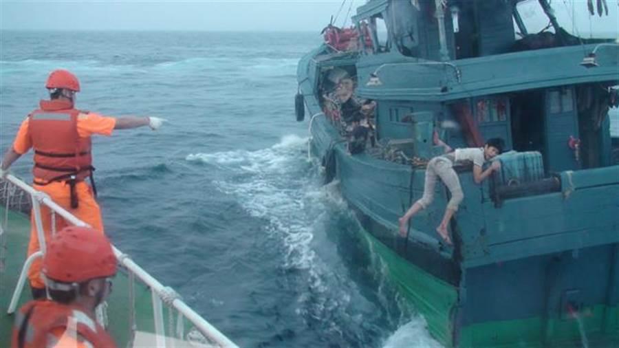 大陸漁船於5月6日越界捕魚,我海巡隊登檢,險象環生。(翻攝照片)