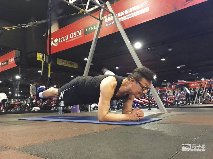 孫天山在健身房作重量訓練。圖/孫天山提供