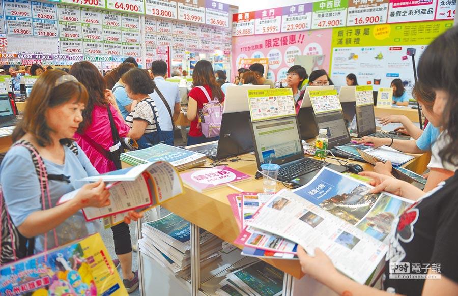 2017台北國際觀光博覽會5日開幕,各攤位擠滿民眾。(本報系記者季志翔攝)