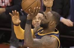 NBA》左撇子詹姆斯為何用右手打球?