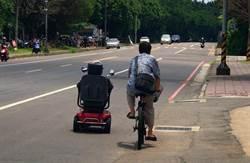 桃園老翁騎電動車沒電 警協助並找到兒子