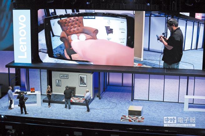 Google的感測計畫Tango多運用在AR效果上,如娛樂與輔助室內裝潢設計等。圖為聯想Phab 2 Pro以AR方式展示家具擺設。圖/美聯社