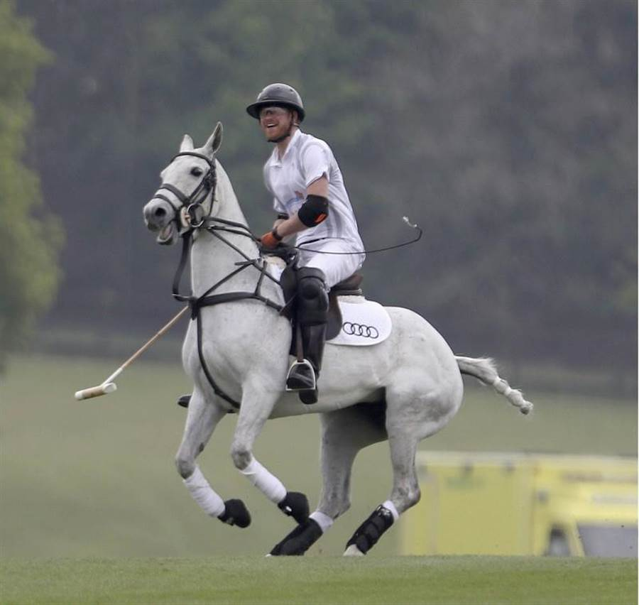 哈利王子參加在雅士谷舉辦的馬球比賽。(美聯社)