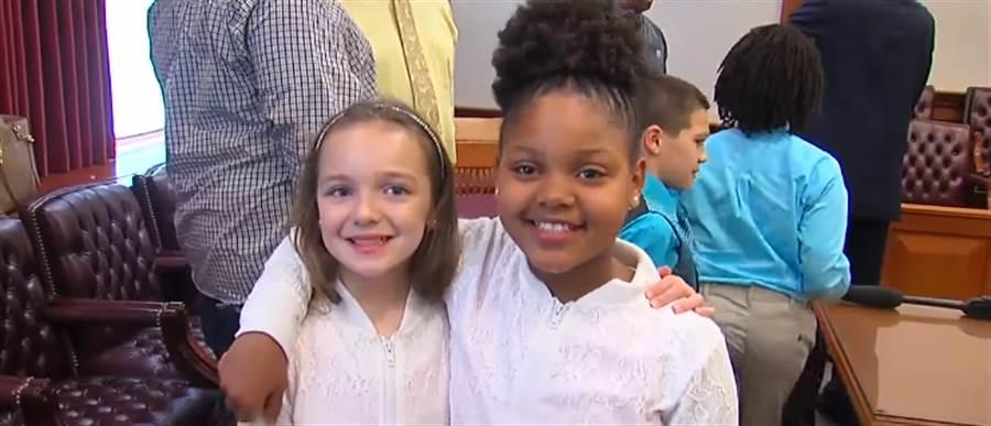 領養日當天,小孩們替彼此穿上姊妹裝(圖/截取自Youtube-WCPO.com 9 On Your Side)