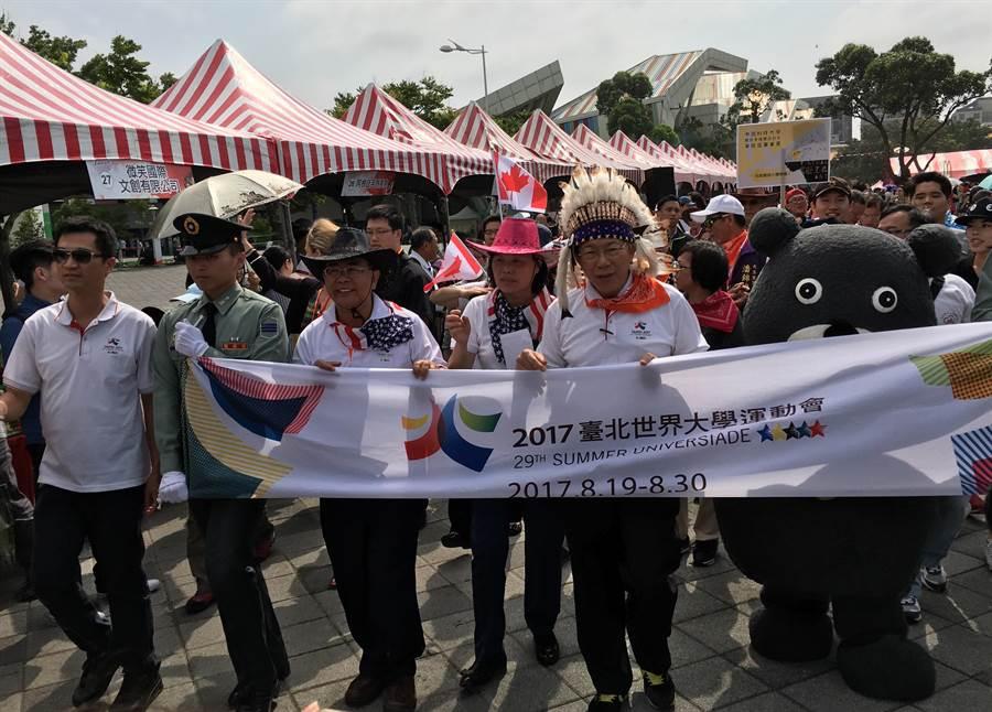 台北市長柯文哲出席世大運國際日「熱情美洲之月」活動,沿著花博公園踩街遊行,看到森巴女郎的精彩歌舞,直說「快流鼻血」。(陳燕珩攝)