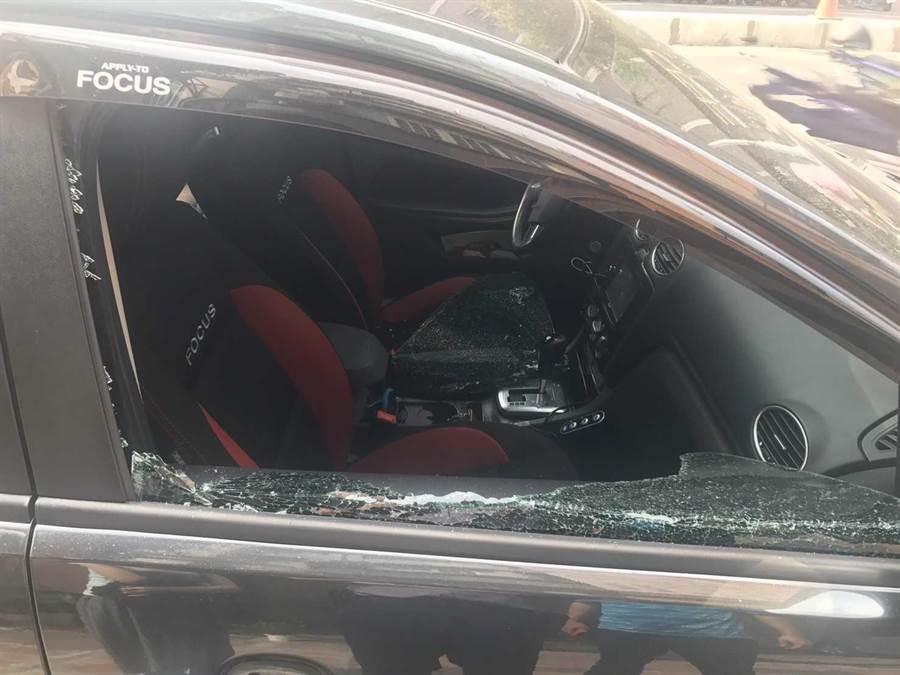 李嫌趁車主不在車內的短短2分鐘空欓破窗竊盜。(圖/柯宗緯翻攝)