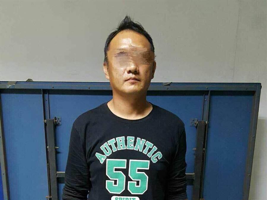 李嫌身上的這件「55號」字樣上衣,意外成為被逮捕的關鍵。(圖/柯宗緯翻攝)