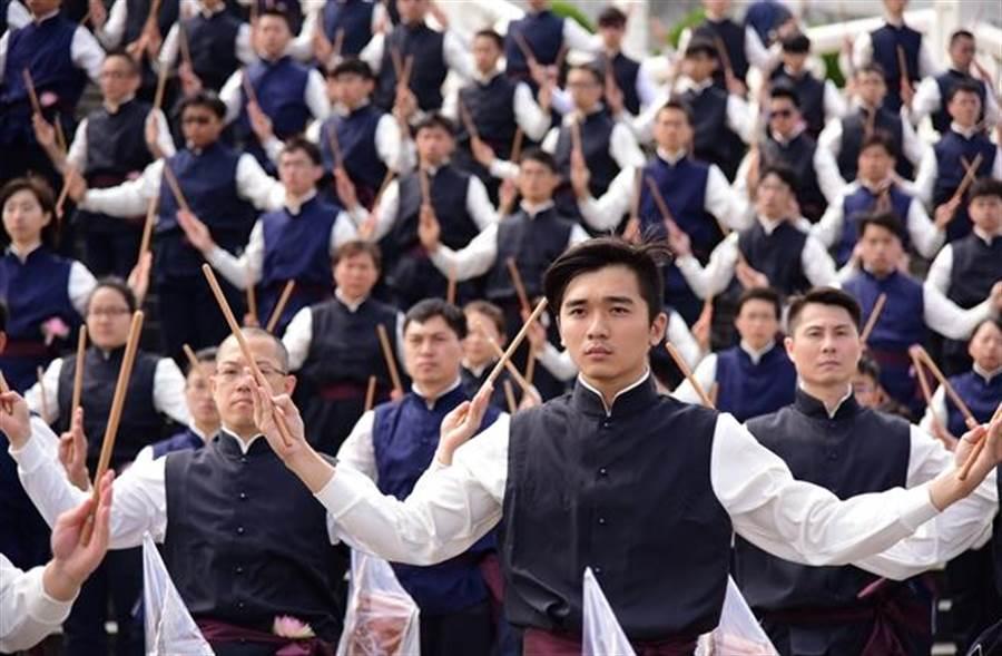 5月14日,有超過500位平均年齡約25歲的年輕人,在中正紀念堂廣場用整齊的身形表演「鐘鼓齊鳴」。(圖/慈濟基金會提供)