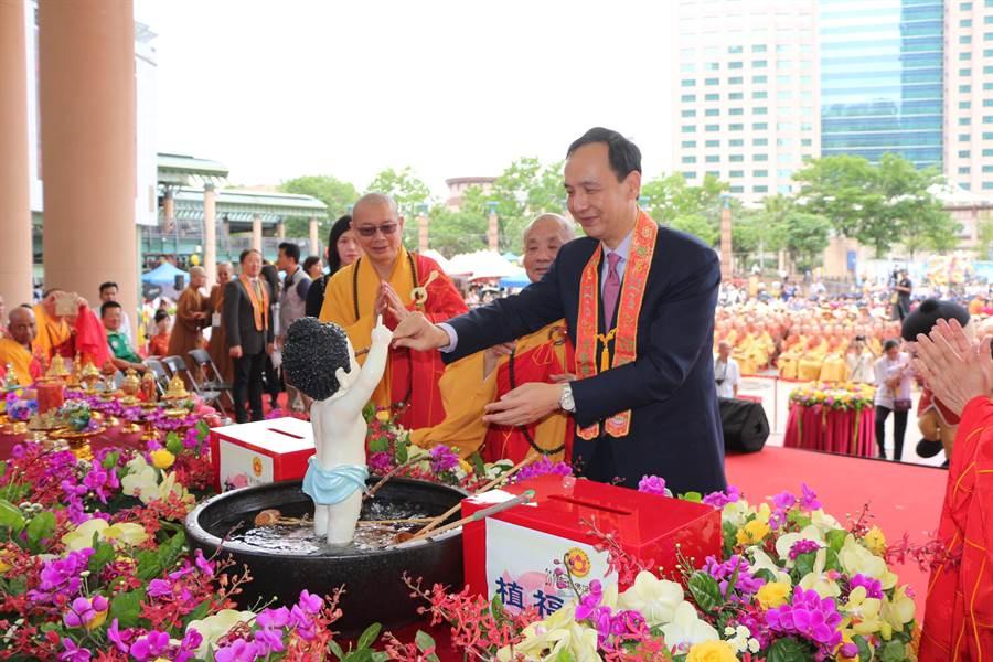 新北市長朱立倫也出席3日的浴佛大典,盼透過本次佛誕文化節,讓更多民眾認識佛教文化。(池雅蓉翻攝)