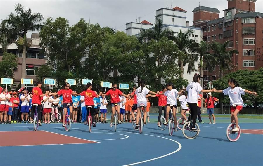 桃園市舉行獨輪車競賽,選手展現力與美。(甘嘉雯攝)