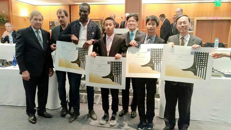 稽國中學生張鈞翔和郭宇新在法國國際發明展(Concours Lepine)獲2金1銅佳績。(學校提供)
