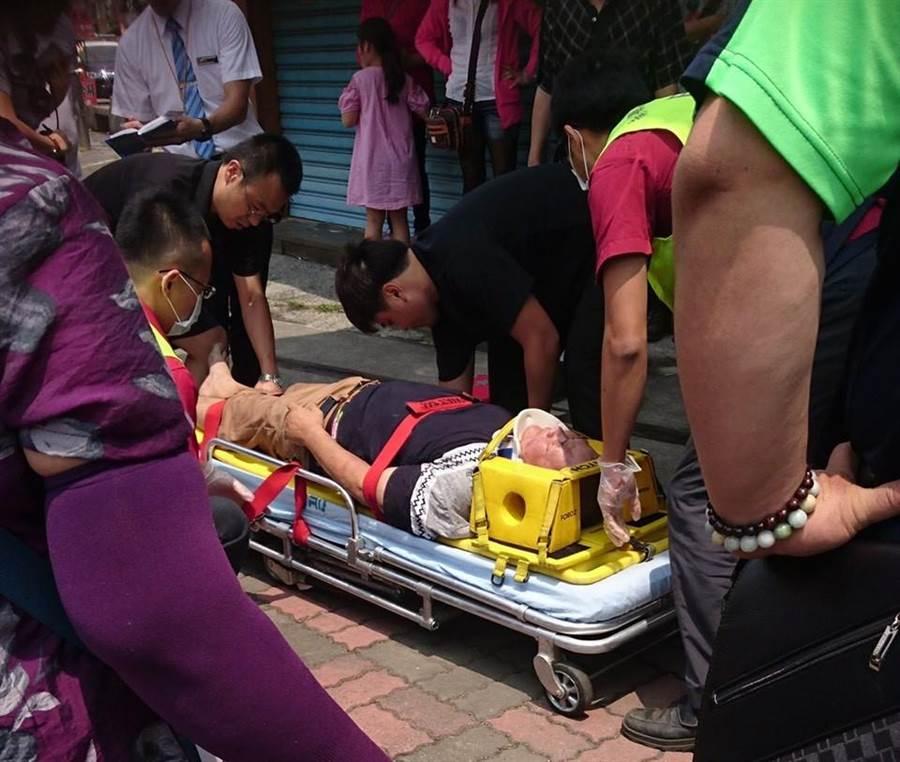 鐵道集集支線今天上午發生火車擦撞遊客事故,造成兩人受傷送醫。(圖/翻攝自臉書「爆料公社」)